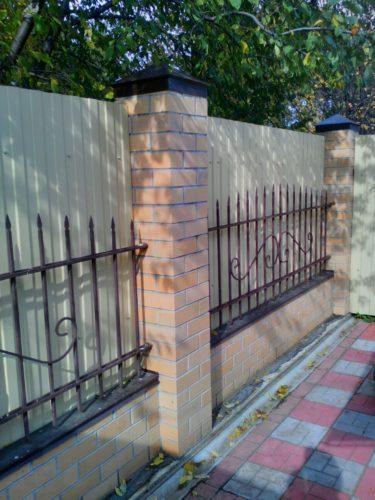 Кованый забор из кирпича